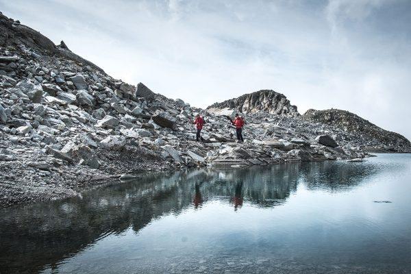Spiegeln im Bergsee. Alpen | Pauli Trenkwalder, Berge & Psychologie